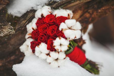 mujer con rosas: ramo de la boda de invierno Foto de archivo
