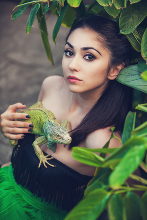 Portret van een jonge vrouw met leguaan