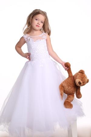 Lady Im Brautkleid Mit Bären, Kleine Braut, Glückliche Kindheit ...