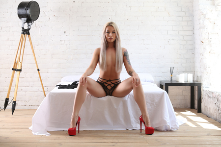 Naked model in red heels. Photographie retouchee