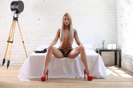 赤いヒールの裸のモデル。写真レタッチ