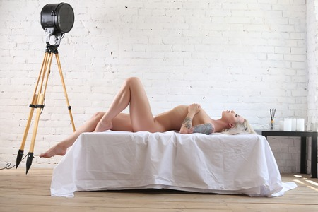 Nude woman lying on the bed. Photographie retouchee