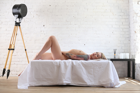 Nude model lying on the bed. Photographie retouchee
