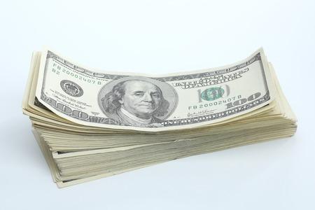 Billetes de dólar sobre fondo blanco. Moneda nacional estadounidense Foto de archivo