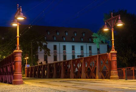 WROCLAW, POLAND - August 05, 2019: Nightview of the Most Piaskowy the Red Bridge in Wroclaw, Silesia, Poland 版權商用圖片