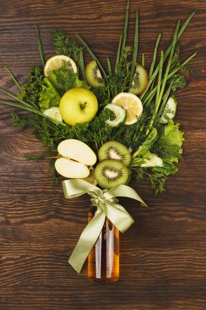 fond de texte: Bouquet de verdure et de fruits, fond en bois
