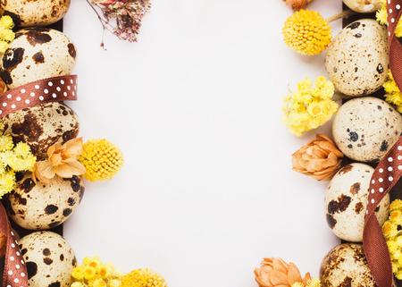 huevos de codorniz: Marco de Pascua de los huevos de codorniz y flores secas, fondo de madera