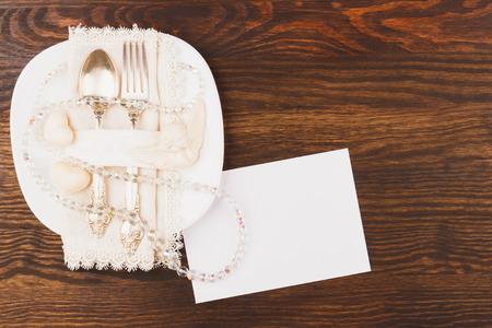 silverware: Los cubiertos en el plato blanco, fondo de madera