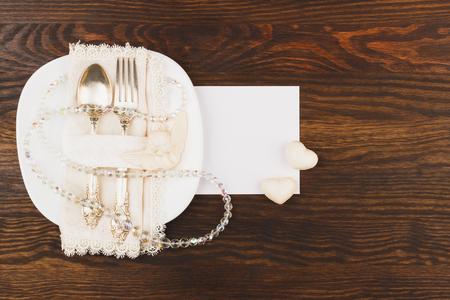 cubiertos de plata: Los cubiertos en el plato blanco, fondo de madera