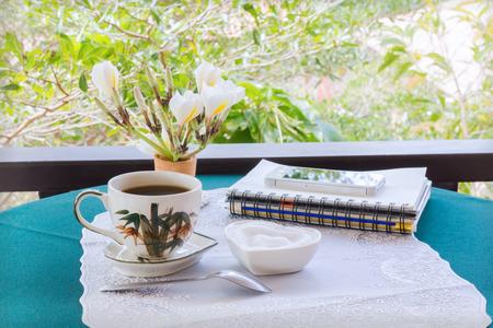 afternoon cafe: Classic White taza de café negro decorado con notas y bolígrafo con la naturaleza de fondo verde para el concepto de café por la tarde en simplemente estilo y tiempo de relax Foto de archivo