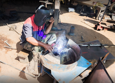 skillfully: Folkway steel mechanic working at little garage in Thailand