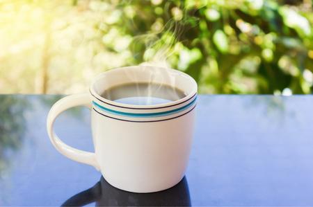afternoon cafe: Classic White taza de café negro sobre fondo verde de la naturaleza para el concepto del café de la tarde en estilo sencillo y relajarse tiempo