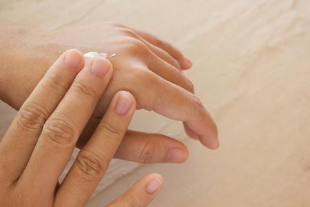 Les femmes mains sèches, appliquer les soins de la peau ou de lotion