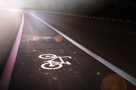 empedrado: Muestra de la bicicleta en el carril bici en la nueva carretera asfaltada