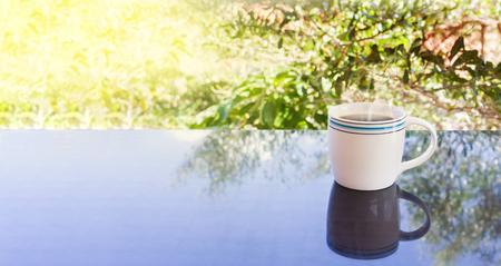 afternoon cafe: Blanco taza de café caliente y el árbol de fondo negro arbusto de café concepto tarde con área de espacio en blanco
