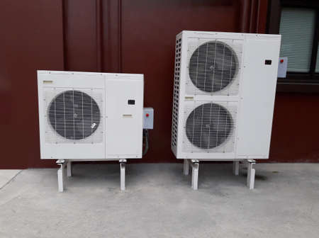 compresor: Gran compresor del acondicionador de aire en el suelo