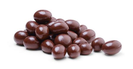 Haufen Erdnüsse mit Schokolade überzogen isoliert auf weißem Hintergrund