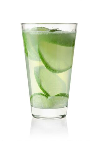 Glass with sparkling lemonade and lime isolated on white background Banque d'images - 131870172
