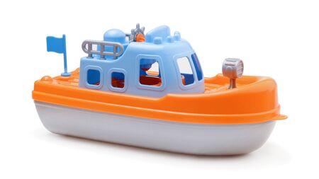 Schiffsspielzeug isoliert auf weißem Hintergrund