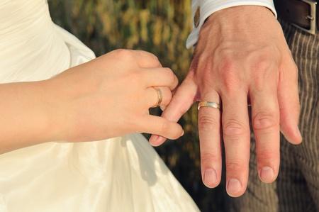 verlobt: Paar Hände mit Eheringen