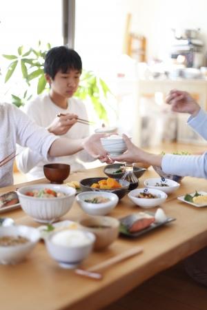familia comiendo: Familia desayuno japonés