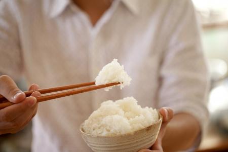 白いご飯を食べる