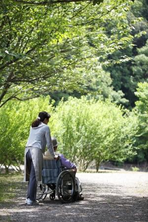 シニア、車椅子でヘルパー 写真素材 - 18068532