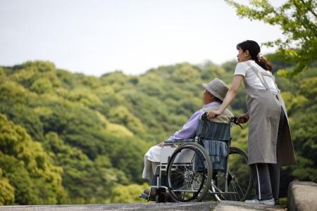 シニア、車椅子でヘルパー 写真素材 - 18068519