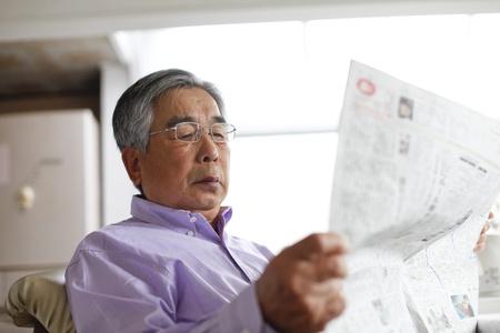 シニアに新聞を読む 写真素材