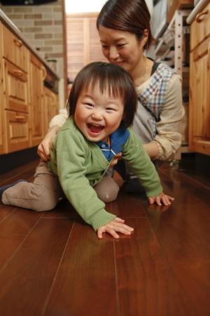 bebe gateando: Cuidado de ni�os Foto de archivo
