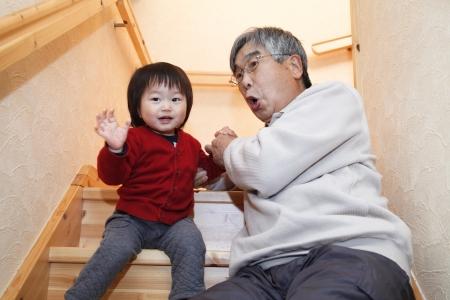 孫と一緒に遊んで (火) 写真素材