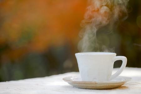 屋外ホット コーヒーを飲む