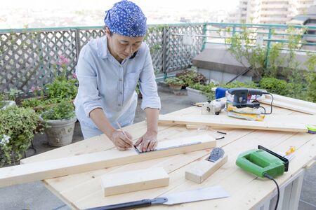 A Japanese woman working on woodworking Reklamní fotografie