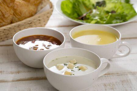 Suppenszenerie, Minestrone, Muschelsuppe, Maisbrei Standard-Bild