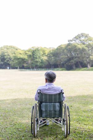 Anciano, en, silla de ruedas, vista trasera