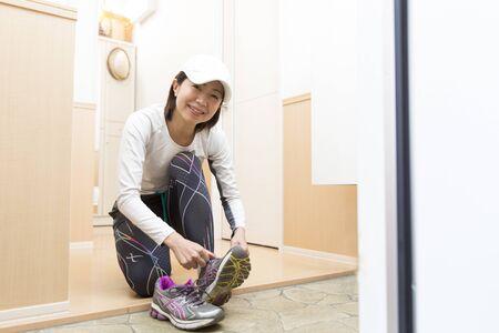 Japanese middle woman preparing to run Banco de Imagens