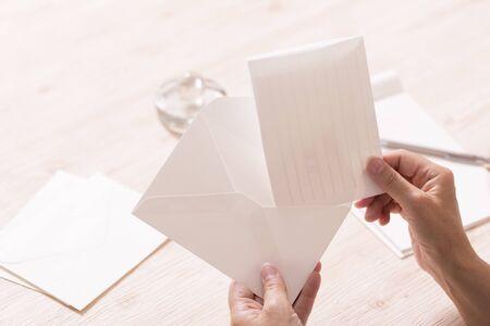 Metti la lettera nella busta Archivio Fotografico