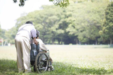 Hombre mayor japonés cuidando a su esposa,