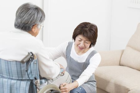 Japanese Nursing at Home, a Japanese Womaning Nurs at Home Banque d'images