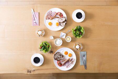 Un petit déjeuner élégant préparé dans une table en bois