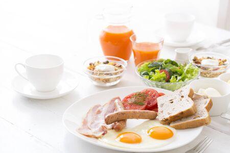 Un petit-déjeuner élégant préparé sur une table blanche