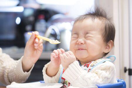 Immagini consecutive di campi per bambini che mangiano volentieri pappe Archivio Fotografico