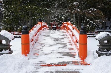 pagoda: Puente escena de nieve en el jard�n japon�s,