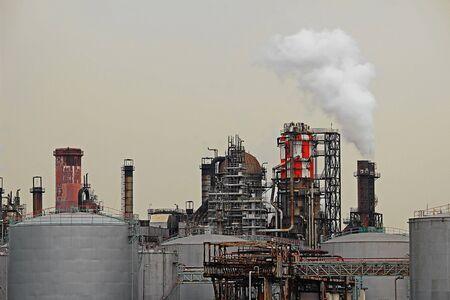 Struttura dell'impianto di raffineria di petrolio nella zona industriale Archivio Fotografico