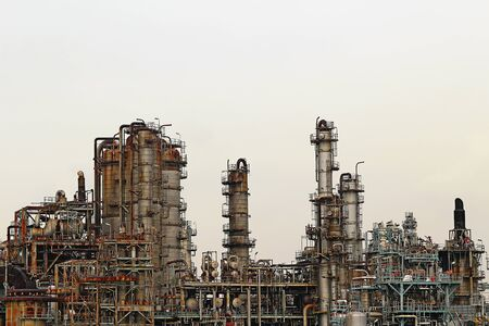 Structure of oil refinery plant in industrial area Imagens