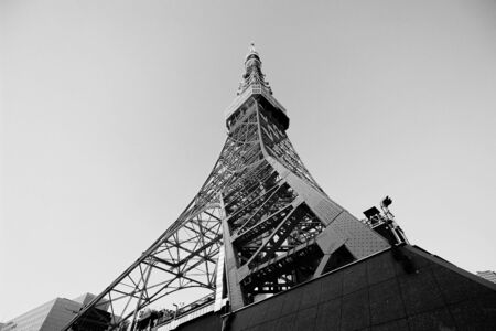 Black and white photo of Tokyo Tower looking up from below Stockfoto