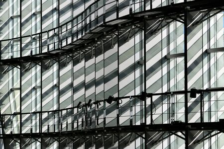 The wall of a glass building built with straight and curved lines Imagens