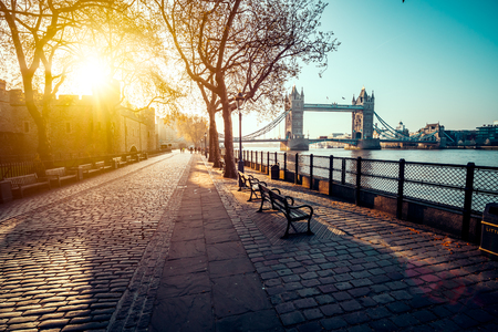 A boulevard next to the river Thames with Tower Bridge in the distance Reklamní fotografie