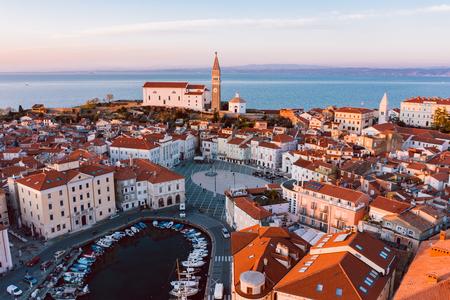 Panorama aéreo de la hermosa ciudad eslovena de Piran