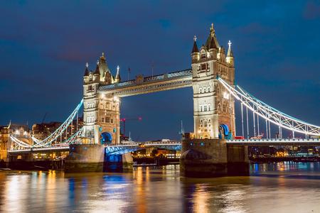Tower Bridge iluminado justo después de la puesta de sol Foto de archivo